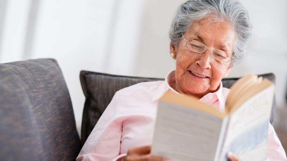 Resultado de imagem para idoso lendo um livro